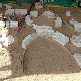 Gut vier mal vier Meter misst die Sandkiste im Hof der Restaurierungsfirma ars collendi, in der die Lettner-Fragmente zugeordnet werden. Foto: W. Murauer-Ziebach