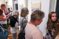 Nach dem Eröffnungsprogramm konnten die Werke von den Besuchern besichtigt werden; mit dabei: Schulleiterin Frau Oppenhoff