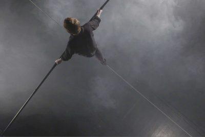 """Foto: © Video-Still aus aus Christoph Brechs Videoarbeit """"Alpensinfonie"""" – 50´, colour, 16:9, Full HD, Germany, 2016; auf dem Seil,:Wire-Walker Oliver Zimmermann"""