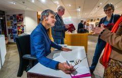 Christoph Brech signiert das neue Buch; ©DiözesanmuseumPaderborn