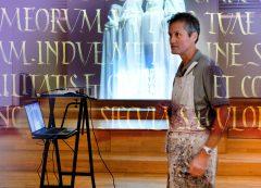 """Brody Neuenschwander während einer Presse-Vorführung seiner Text-Kunst zur Meinwerk-Ausstellung in Paderborn und zur Performance """"a Brush with Silence"""""""
