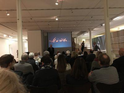Gut besuchte Veranstaltung: Christoph Stiegemann heißt Brody Neuenschwander im Diözesanmuseum willkommen. Die Zusammenarbeit besteht bereits über 10 Jahre hinweg. Foto: Diözesanmuseum Paderborn