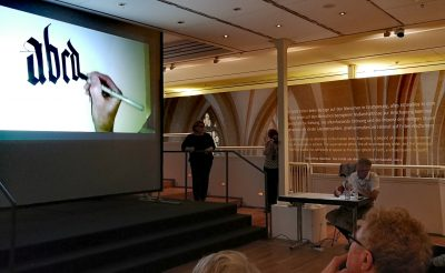 Im Anschluss an den Vortrag gab es auch ganz praktische Einblicke des Kalligraphen Brody Neuenschwander in seine Arbeit Foto: Diözesanmuseum Paderborn
