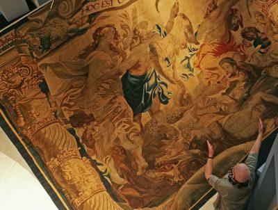 Der große Moment: Ganz sacht hebt sich das textile Kunstwerk, um seinen Platz auf Höhe der obersten Museumsebene einzunehmen.