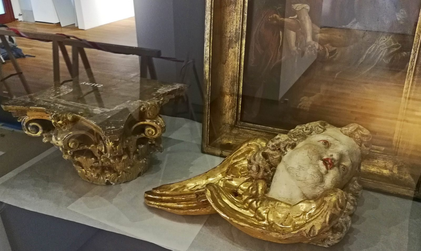 Aufbau der Rubens-Ausstellung: Vitrine mit Kapitell und Kopf eines Engels.